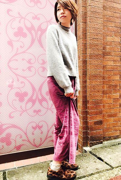 ベロアのワイドパンツとヒョウ柄スニーカーは相性◎ さりげなく靴下でリボンをプラスしてガーリーに。  『毛混メローバックリボンパールつきソックス』¥350+税 color : ウスグレー (その他スタッフ私物)  当店のお取り扱いアイテム: レッグウェア、インナー、ルームウェア