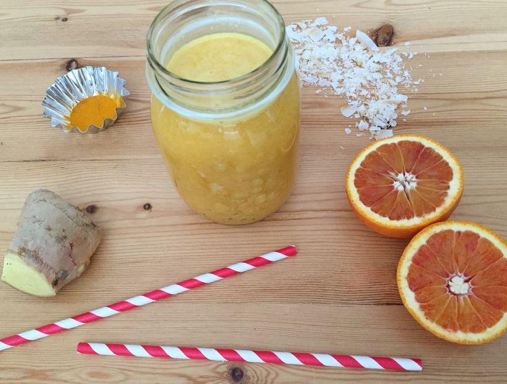 1 smoothie 2 appelsiner 1 cm frisk ingefær 1 tsk. gurkemeje, stødt 1 tsk. honning 1 dl mælk eller yoghurt (kokosmælk, skyr, A38 eller anden mælkeligende produkt) 1 dl vand