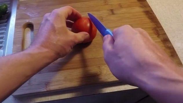 Super trik, ako NAOSTRIŤ tupý nôž: Za pár sekúnd bude krájať ako britva!