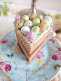 Moi!     Yleensä pääsiäiseen liitetään keltainen ja vaaleanvihreä, mutta pastellit sopii loistavasti myös.   Tässä kakussa yhdistyy ihana ...