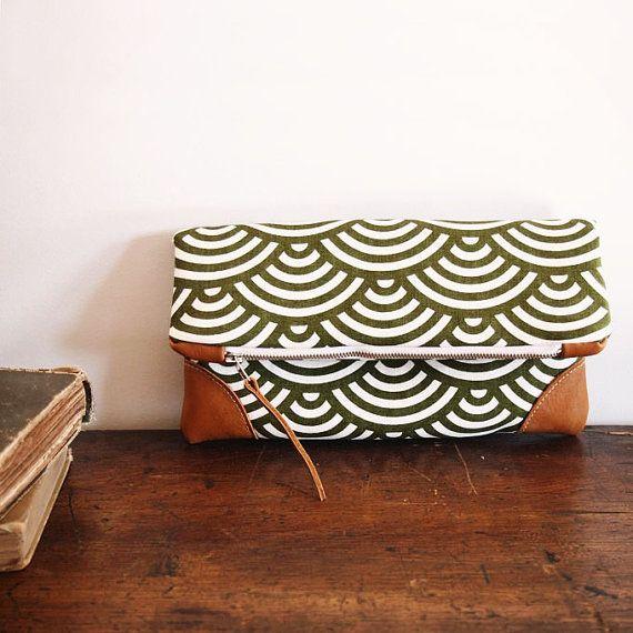 Foldover Clutch Purse / vert olive wave motif et naturel Tan Cuir / fermeture éclair/ressort embrayage/juin tendance