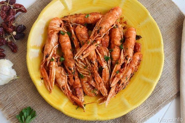 Gli scampi alla busara sono un secondo piatto di pesce semplice e gustoso, una ricetta della tradizione culinaria triestina. In questa preparazione gli scampi vengono cotti con