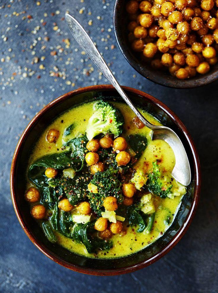 En rygende varm og karrykrydret suppe er den helt rigtige aftensmad i aften - og du får opskriften en nem af slagsen lige her. Lav også de ristede kikærter som topping - så får maven lidt ekstra at arbejde med.