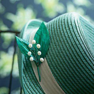 Un chapeau orné d'un brin de muguet - Marie Claire Idées