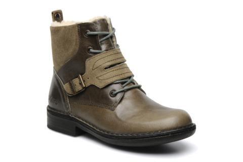 Bottines Kickers Rockshow pour Femme, en cuir, à bout rond, à lacets (5 œillets), fermées par une boucle sur le cou-de-pied, montées sur une semelle de caoutchouc, avec un talon de 3 cm. La semelle intérieure est non amovible. La largeur de la chaussure p ...