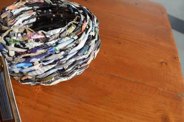 Handmade basket weaved from magazine pages / Χειροποίητο πλεκτό καλαθάκι από σελίδες περιοδικού