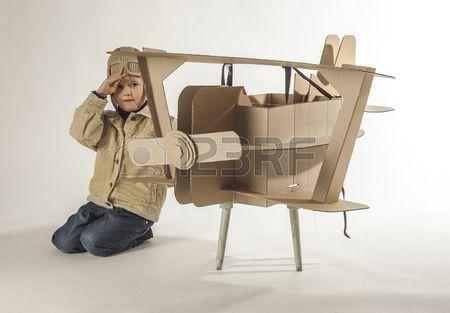 Junge in einem Piloten Kost m salutiert Die Handlung spielt in der N he der Karton Flugzeug  Lizenzfreie Bilder