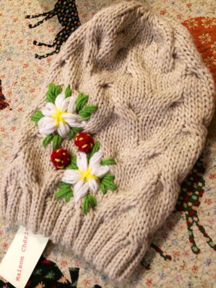 Cuffia di lana ricamata a mano colore beige