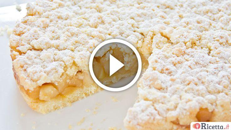 La sbriciolata alle meleè unaversione speciale della torta di mele. E'facile e veloce da preparare ed èsimile ad una crostata con una farcitura di mele cotte unite ad un pizzico di cannella. Per scoprire tutti i segreti di questa golosa sbriciolata non perdetevi la nostra videoricetta.