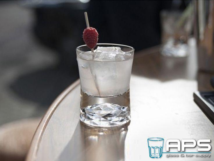 APS Glass & Barsupply Nederland introduceert Libbey Glass Europe Shorty! Een nieuw glas met inhoud van 14cl. Het glas is praktisch te gebruiken voor tapa-style benaderingen, bij cocktail-spijs combinaties of voor de cocktail Pornstar, waarbij in de bodem van het glas de Prosecco kan worden geschonken. Libbey Shorty bestaat uit een serie van 3 glazen, een margarita coupe, martini glas en short drink. Nu te bestellen via: http://goo.gl/0qM9S8.