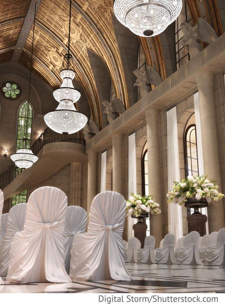 Trauung in der Kirche mit Hochzeitsblumen, Stuhlhussen weiß für russische Hochzeiten