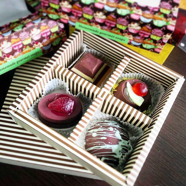 Φέτος πειραματιστήκαμε με την άκρως θελκτική σοκολάτα και φτιάξαμε έναν προκλητικό συνδυασμό από 4 χειροποίητα σοκολατένια σαπουνάκια: - Κέικ Σοκολάτας & Φράουλα - Πυραμίδα Σοκολάτας σε πολύχρωμες στρώσεις - Πουτίγκα Σοκολάτας & Κεράσι - Φοντάν Σοκολάτας & Γλάσο Ζάχαρης … Φυσικά μέσα σ' ένα εντυπωσιακό εορταστικό κουτί, για μία αξέχαστη γευστική εμπειρία… Προσοχή όμως, δεν τρώγονται! Λιανική τιμή: 14,00€ #choco #gourmet #xmas2015 #happyxmasshopping #welovexmas