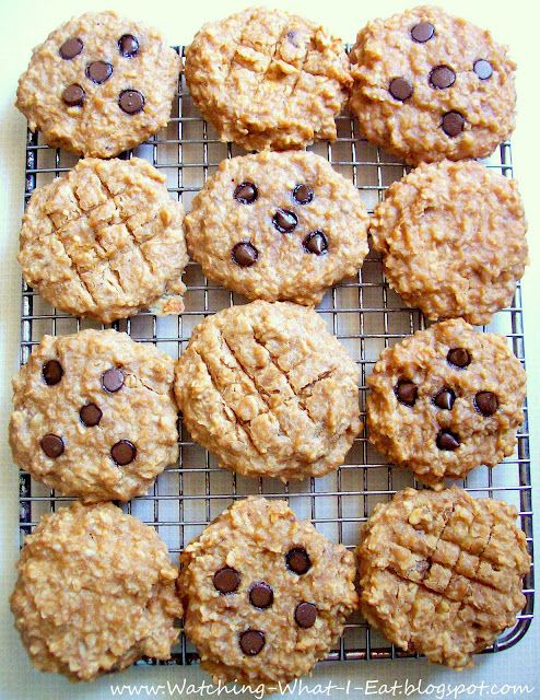 Grab and Go: Peanut Butter Oat Breakfast Cookies. High protein, no flour or processed sugar..(Ingredients: bananas, peanut butter, applesauce, vanilla, quick oatmeal, nuts, optional chocolate chips)