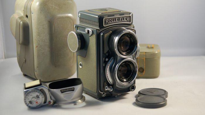 """Rolleiflex 4 x 4 Baby grijs met grijze lenshood en geïntegreerde lichtmeter (serienummer 2023293)  Deze camera Rolleiflex heeft seriële getal: 2023293 en heeft een Xenar 3.5 60 mm lens. De camera werd onlangs gecontroleerd kreeg een CLA en werd film getest door www.dekamera.com """"de rollei expert in Nederland"""". De lenzen hebben geen haze schimmel of krassen.De camera is in zeer mooie staat. Controleer of de foto's. Schriftelijk verslag van de www.dekamera.com zal worden verstrekt.De camera…"""