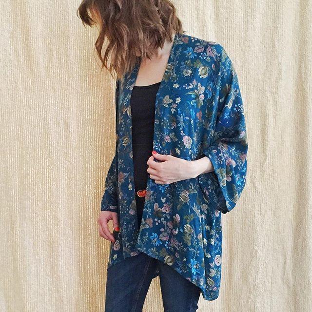 """Ganska ofta säger människor """"ååh, om man kunde sy, jag kan knappt sy gardiner..."""" Då vill jag säga såhär: gardiner är svårt. Ofta två stora otympliga tygstycken, som ska vara exakt lika långa, ha raka sömmar osv. Att sy kläder måste inte alls vara svårt! Det är klart, har man inte sytt förr kanske man inte behöver börja med en kavaj. Men t.ex en """"kimono"""" är lätt att sy och det går snabbt. Passar bra med morgonrufsigt hår också    #sysysy #visytokiga #diy #homemade #sewing #kimono #sytips"""