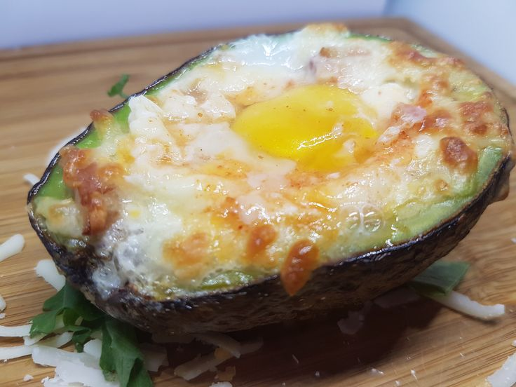 Receita simples, leve e light com ovo assado no abacate do Cozinha Fit