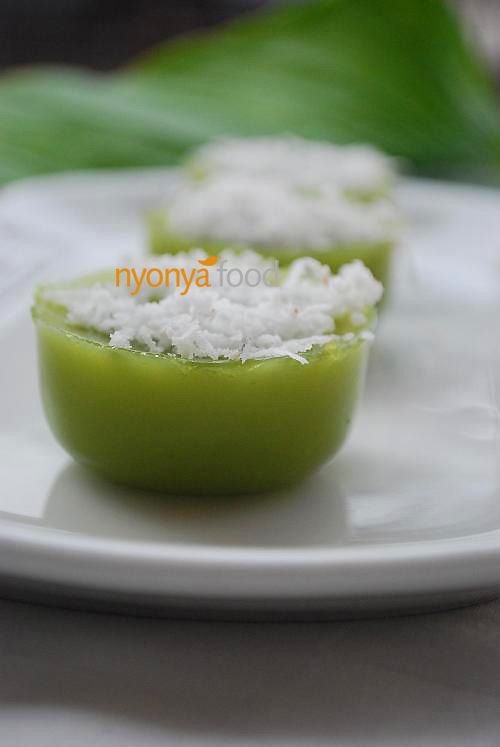 Kuih kosui is a saucer shaped rice cake flavored with pandan (screwpine leaves) juice. A lot of pandan is used to bring out the aroma of this kuih. A good kuih kosui is rich in pandan aroma and have a springy and soft texture. It is best eaten with freshly grated coconut.