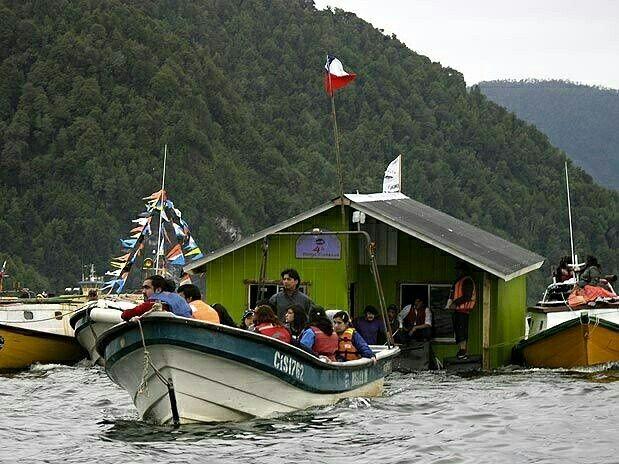 La minga de #chiloe, antigua tradición de la zona sur de #Chile, consiste en trasladar una casa entera con ayuda de la comunidad, sea por tierra a través de yuntas de bueyes  o como se puede apreciar en la imagen, ayudado por botes de la comunidad