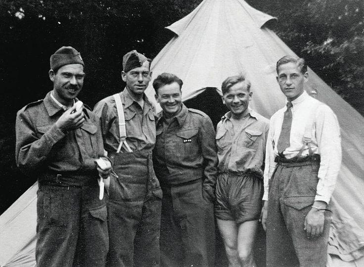Cholmondeley, October 28, 1940. Anniversary of origin of Czechoslovakia. In the middle - Jan Kubiš and Jozef Gabčík. Source: http://www.ustrcr.cz/data/pdf/pamet-dejiny/pad1202/110-127.pdf
