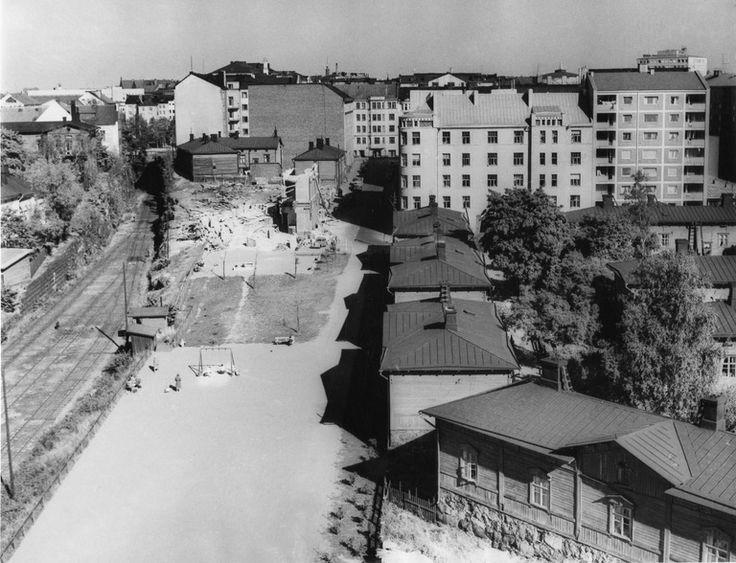 Lastenkodinkatu 11, rakennuksen purkutyömaa  Roos R. 1950—1959 Helsingin kaupunginmuseo  Nykynäkymä: http://binged.it/1gTfd1Y