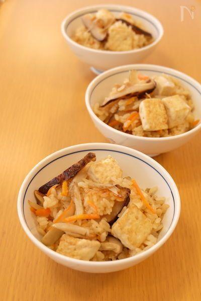 鳥取県の郷土料理どんどろけ飯。  『どんどろけ』というおもしろい響きはお鍋で豆腐を炒めるときの音が雷の音に似ているからなんだそう。  栄養豊富な豆腐を食べて、寒い冬を乗り切る鳥取県での冬至の定番料理です。  炒めた豆腐のおいしさがクセになる、どこか懐かしい味の炊き込みご飯です。