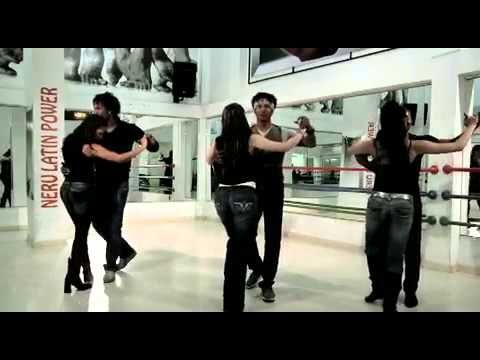 Aprende a bailar bachata en pareja con estos pasos básicos. Te enseñamos paso a paso este baile de origen dominicano. ¡Suscríbete al canal! Más pasos de bail...