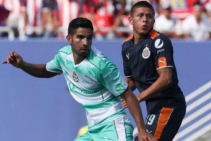 SANTOS GOLEA AL CAMPEÓN, CHIVAS, EN PARTIDO AMISTOSO El campeón Guadalajara sufrió una fuerte vapuelada a manos de Santos Laguna, que lo derrotó 0-5 en partido amistoso de preparación en el Cotton Bowl de Dallas, Texas.