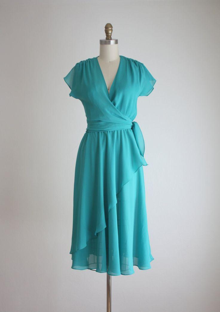 Vintage jaren 1970 lichte en luchtige kleding met een wrap stijl top, flutter sleeves, en gelaagde rok.  kleine gemaakt door AJ Bart  de buste is