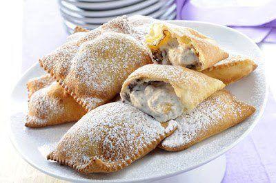 Tempo di preparazione: 40 minuti Ingredienti per 25 ravioli: 300 gr di farina 00 60 gr di zucchero 2 uova 60 gr di burro 3 cucchiai di liquore (a piacere)