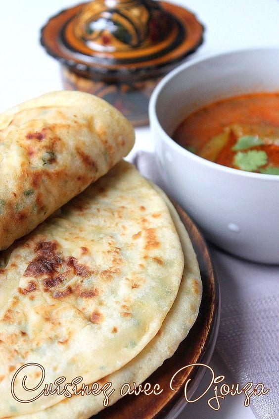 Recette de Pain arabe sans levure aux pommes de terre et fromage parfumé d'herbes ciselées. Ces petits pains plats garnis et cuits à la poêle sont faciles