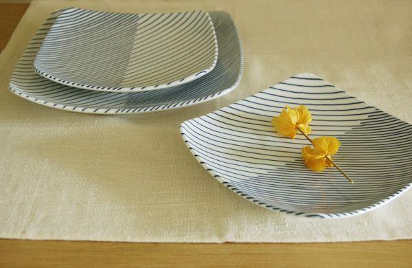 森正洋氏が1984年に発表した白山陶器の重ね縞シリーズ。その年月を感じさせないぐらい新鮮でモダンです。青の縞模様で構成されたシンプルなラインがとても美しいデザインです。また見る角度によって模様が違って見えるので楽しめます。