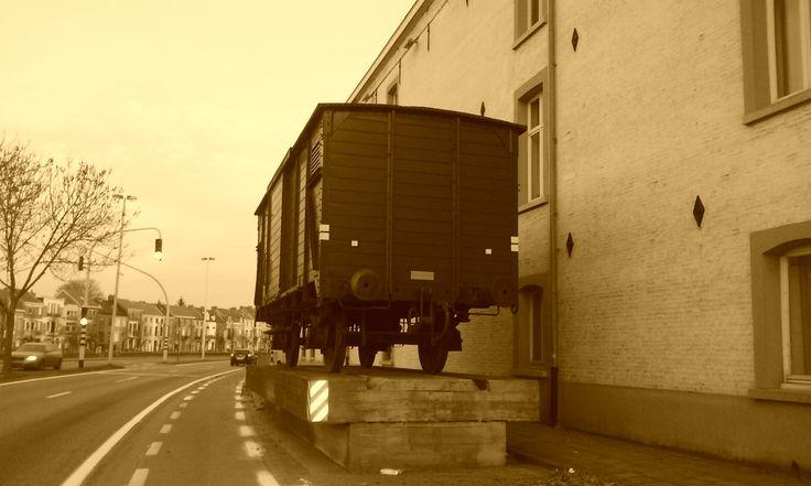 12 : De trein waar Dirk is uitgesprongen toen hij op weg was naar het concentratiekamp.