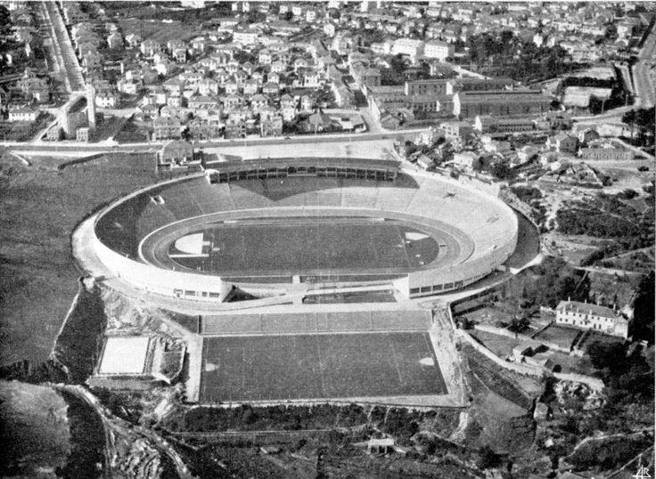 Vista aérea do Estádio do Futebol Clube do Porto concluído em 1952 na zona das Antas
