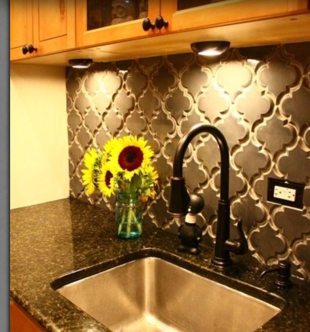My new pattern obsession, quatrefoil. Need someone to put this in my kitchen