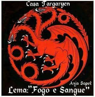 A dinastia Targaryen uniu os Sete Reinos e durou quase três séculos. Foi uma disnastia forjada em fogo, selada com sangue e destruída pela rebelião. Os Targaryen são do sangue do dragão descendentes da nobreza da antiga Valíria, um findo poderoso império do leste. Quando um cataclisma devastou Valíria e seus habitantes, os Targaryen sobreviveram, estabelecendo-se na fortaleza da ilha de Pedra do Dragão anos antes. Eles permaneceram lá por um século até o surgimento de Aegon, o Conquistador…