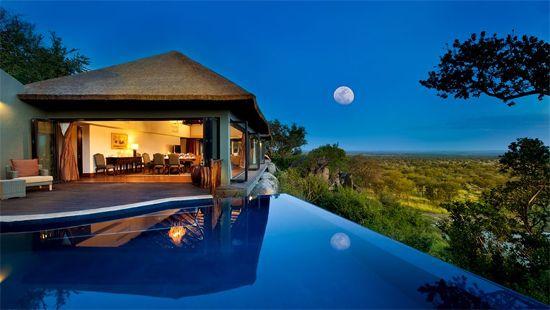 Bilila Lodge Kempinski est l'un des plus beaux hôtels du monde. Il surplombe le parc national du Serengeti situé au nord de la Tanzanie (Afrique de l'Est)