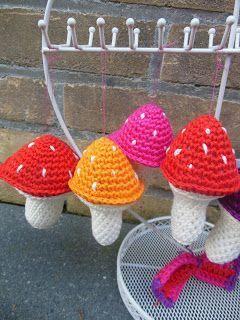 Zoals beloofd zou ik de haakpatronen van de paddenstoelen voor jullie uitschrijven. De kleine paddenstoel. Wat heb je nodi...