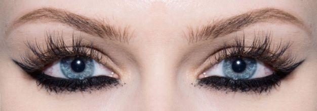 Olhos amendoados - Qualquer tipo de maquiagem se encaixa com o formato. Para aproveitar que tal inovar? Você usar um gatinho invertido bem dramático, feito na linha d'água. A make fica completa com cílios bem longos e com muito volume, então, aposte em uma boa passada de rímel ou até cílios postiços.