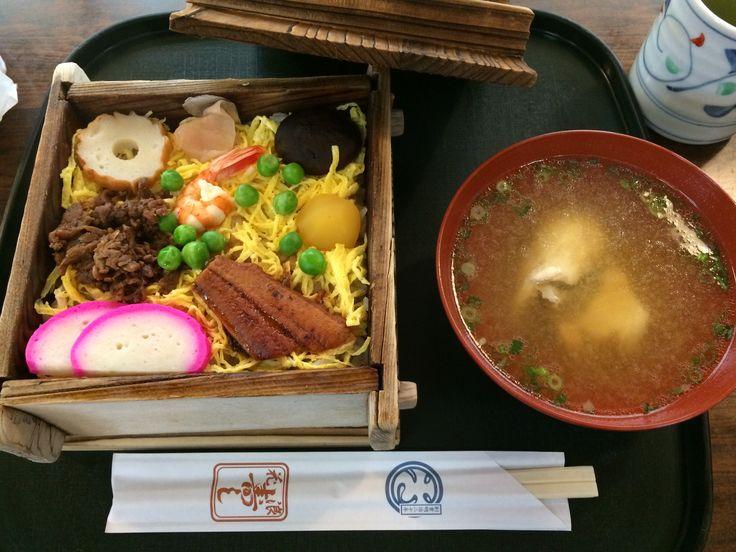 松江、浪花寿司の蒸し寿司。美味しいのはもちろん、女将さんの感じも良くて居心地よかったです。