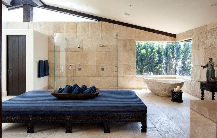 Spacieuse salle de bains luxueuse de ce ranch américain en pierre authentique