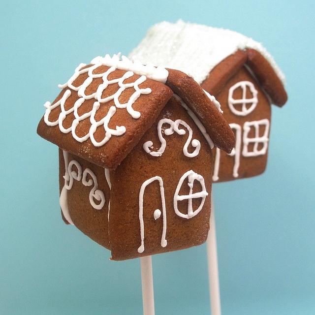 Fantastic little gingerbread house cookie pops! Fantastiskt söta pepparkakshus på pinne!