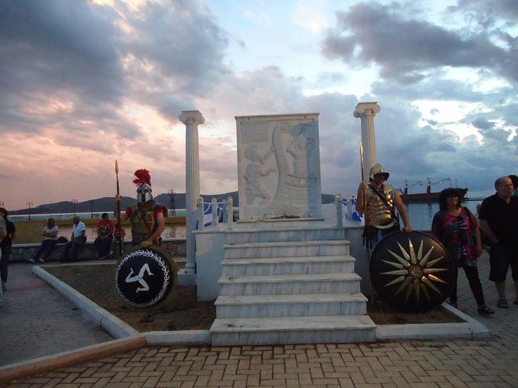 Το Μνημείο του Κυναίγειρου στην Ελευσίνα  Το Μνημείο του Κυναίγειρου στην ΕλευσίναΣτην παραλία της Ελευσίνας, στην νέα μαρίνα προς το «ΙΡΙΣ»,μπορείτε να επισκεφθείτε το Μνημείο του Κυναίγειρου, για να γνωρίσετε τον Ελευσίνιο ήρωα της μάχης του Μαραθώνα.