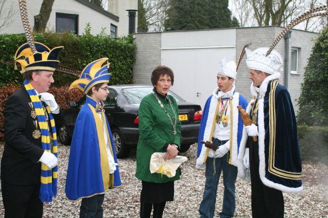 Burgemeester Rijsdorp wordt thuis opgehaald door Prins Joop d'n Irste, zijn Adjudant Ad en Jeugdprins Jari frutje d'n Irste met zijn Adjudant Dennis