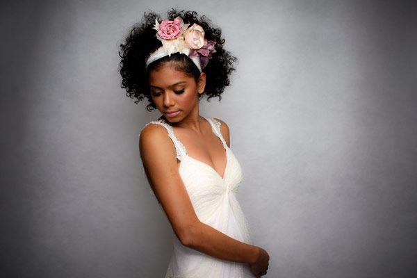 Penteados para noivas de cabelos cacheados  ( Vestido e beleza: Emannuelle Junqueira )