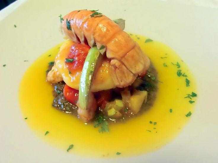 Tortello di patate ripieno di provola affumicata di Agerola, su pesto verde di zucchine, acqua pazza di datterini, scampi reali e gamberi rossi del Cilento
