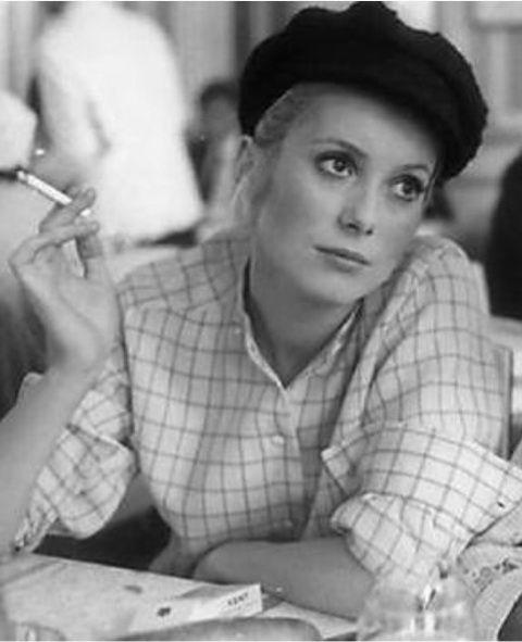 Catherine Deneuve  Look Parisien  : béret, Chemise & cigarette