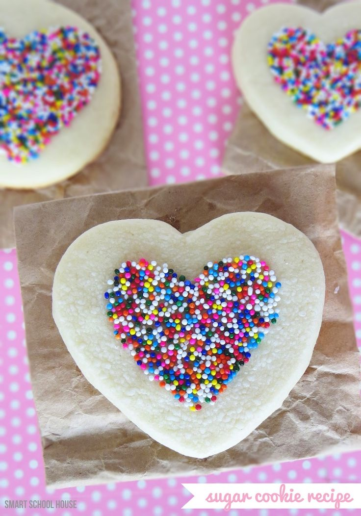 Learn how to make sprinkles stick to sugar cookies (without using frosting) with this Easy Sugar Cookie Recipe! #cookie #sprinkles