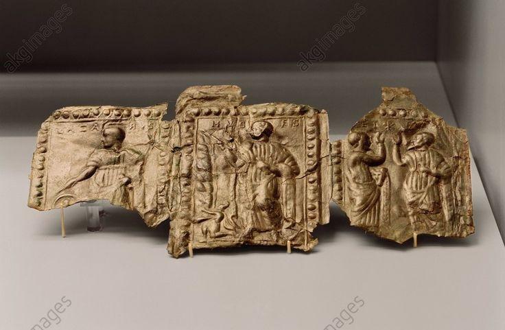 RAISING OF LAZARUS / RELIEF / 4TH-5TH C.Art paléochrétien, ouest de la méditerranée (Andalousie ?), 4e/5e siècle.  La résurrection de Lazare.  Relief, fragment d'une ferrure de cassette. Bronze, H. 0,10 ; L. 0,21. Inv. Nr. 1502
