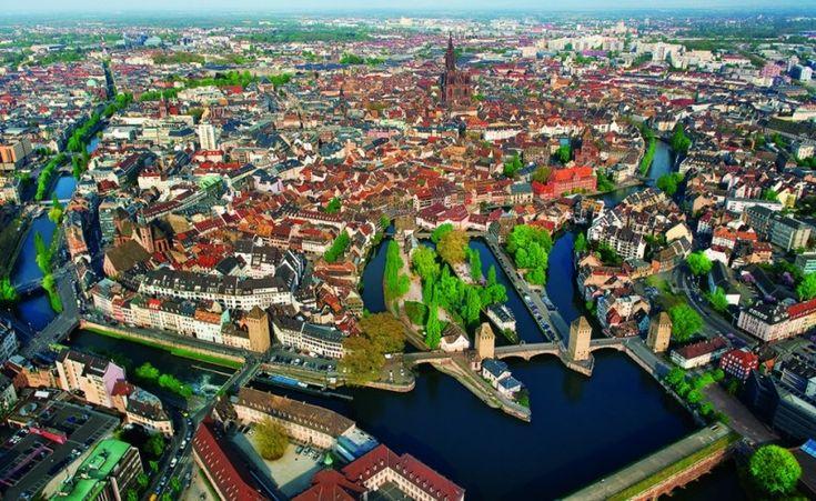Страсбург сейчас. Базилика со шпилем на месте, каналы на месте, стены с бастионами нет.