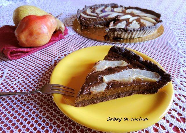 crostata al cioccolato e pereper la crema al cioccolato:  3 tuorli 3 cucchiai di zucchero semolato 3 bicchieri di latte intero 2 cucchiai di farina 150 gr di cioccolato fondente in tavoletta 2 pere williams per decorare PROCEDIMENTO: